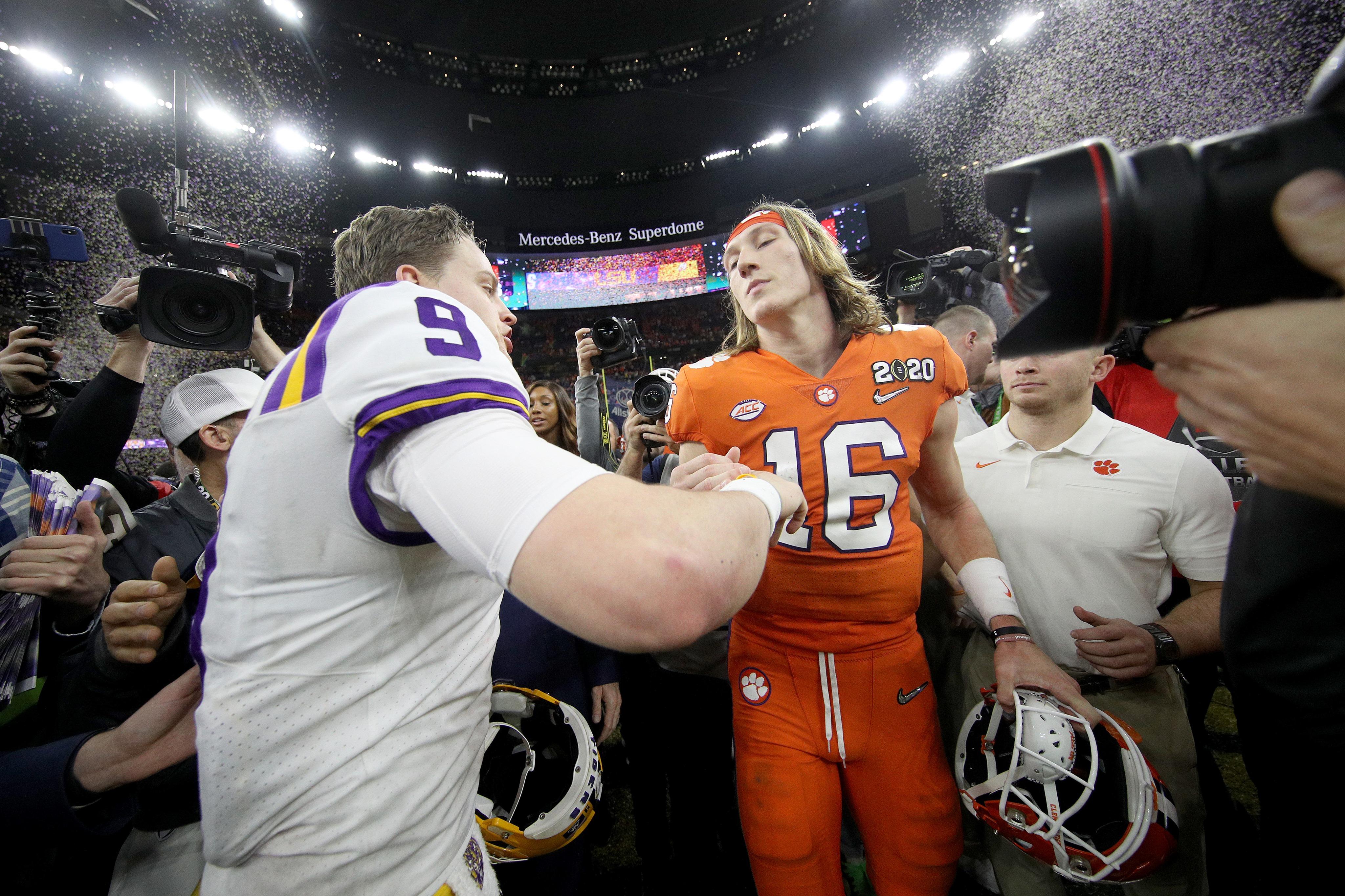 昨シーズンの全米王座決定戦で、ルイジアナ州立大のQBジョー・バロウと握手を交わすクレムソン大のQBトレーバー・ローレンス=photo by Getty Images