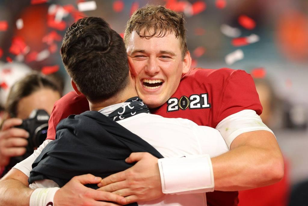 【アラバマ大 vs オハイオ州立大】優勝を決めて喜ぶアラバマ大のQBジョーンズ=2021年1月11日、photo by Getty Images