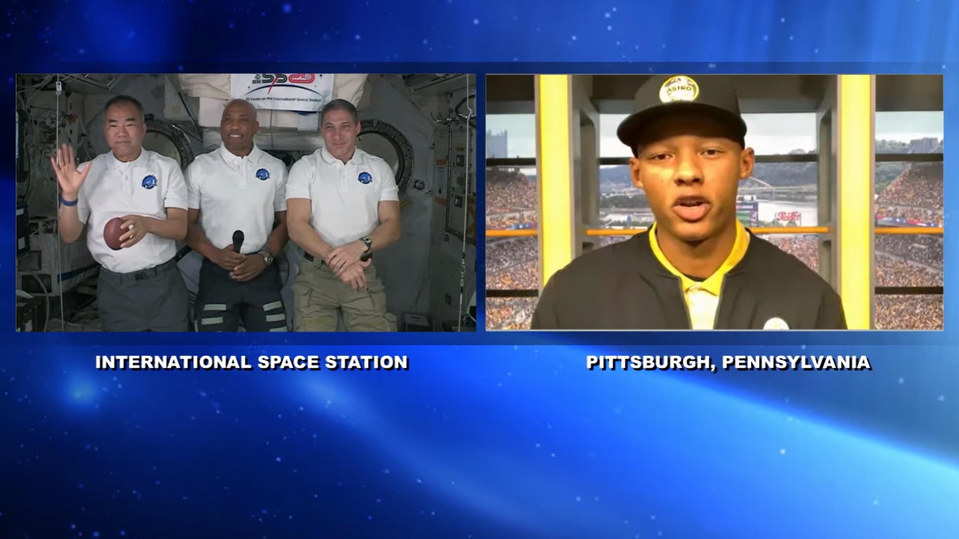 宇宙ステーションの3飛行士と、QBドブスの交信=NASA Videoから