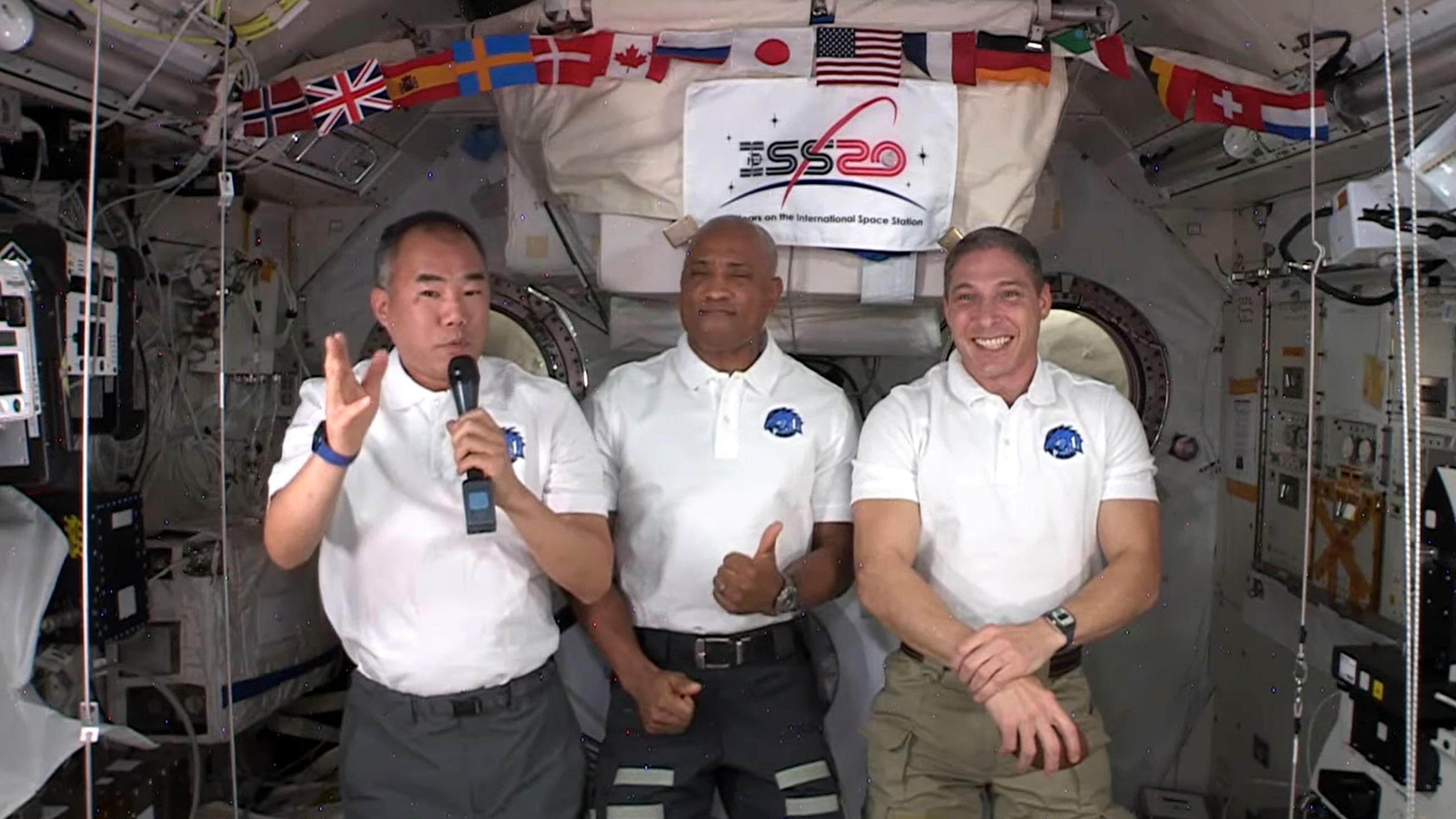 スティーラーズQBドブスの質問に答える野口さん。中央がグローバー飛行士、右はホプキンス飛行士=NASA Videoから