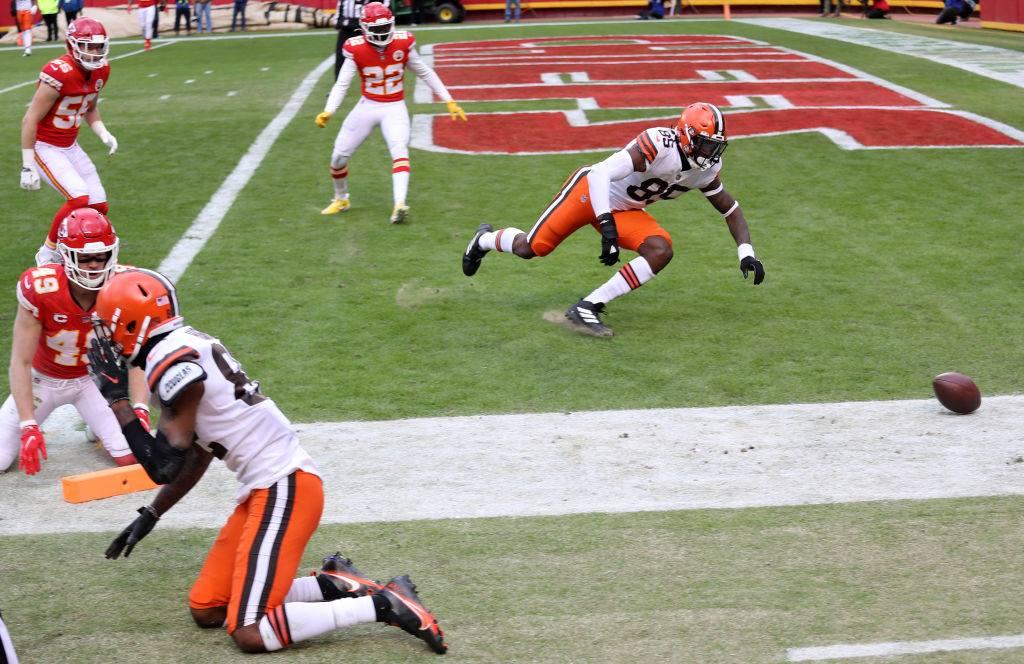 【チーフス・ブラウンズ】ブラウンズWRヒギンスが、エンドゾーンへ伸ばしたボールを叩かれてTDになるはずが一転タッチバックとなった=photo by Getty Images