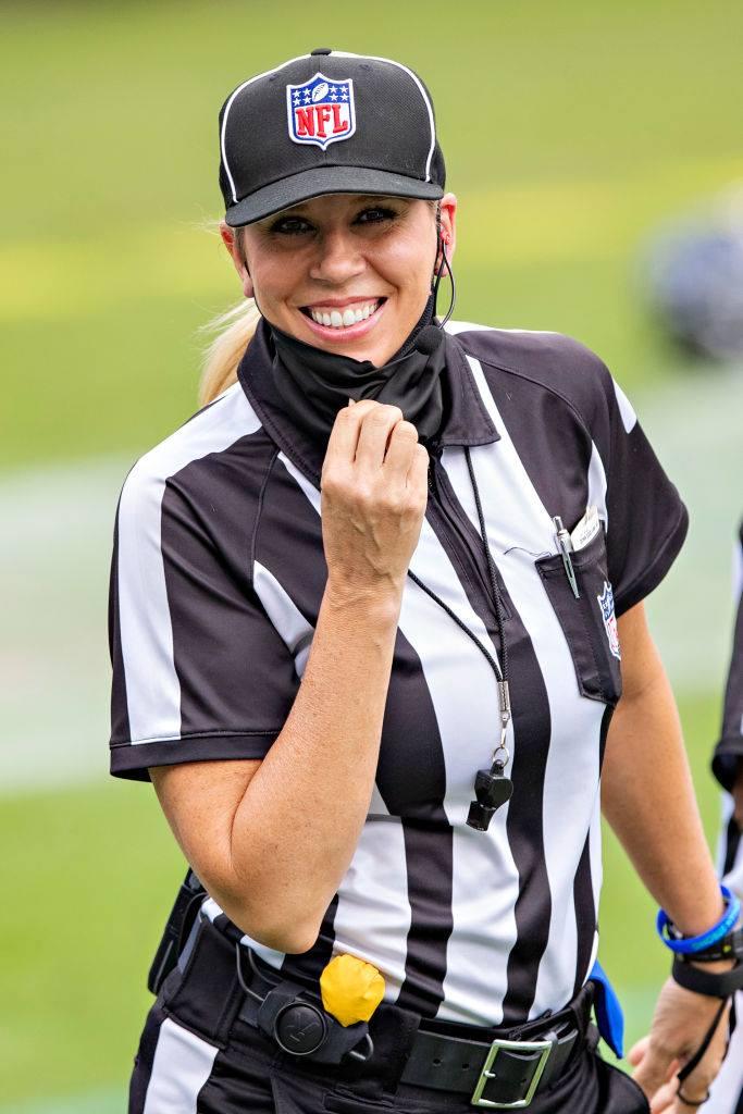 スーパーボウルの審判団の1人に選出された、NFL唯一の女性審判員、サラ・トーマス=photo by Getty Images