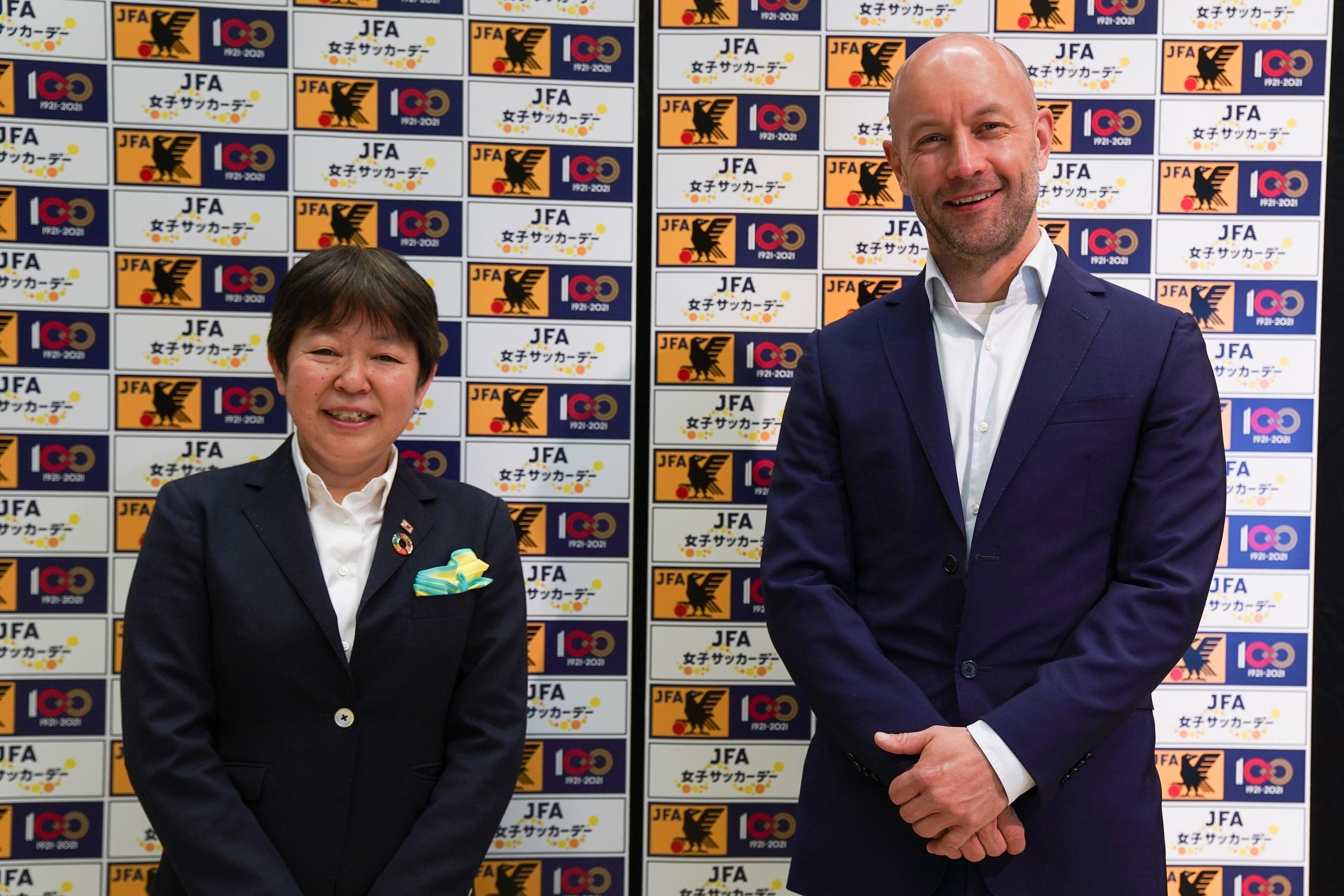 日本サッカー協会女子委員長の今井純子氏(左)とアディダス ジャパン株式会社副社長のトーマス・セイラー氏