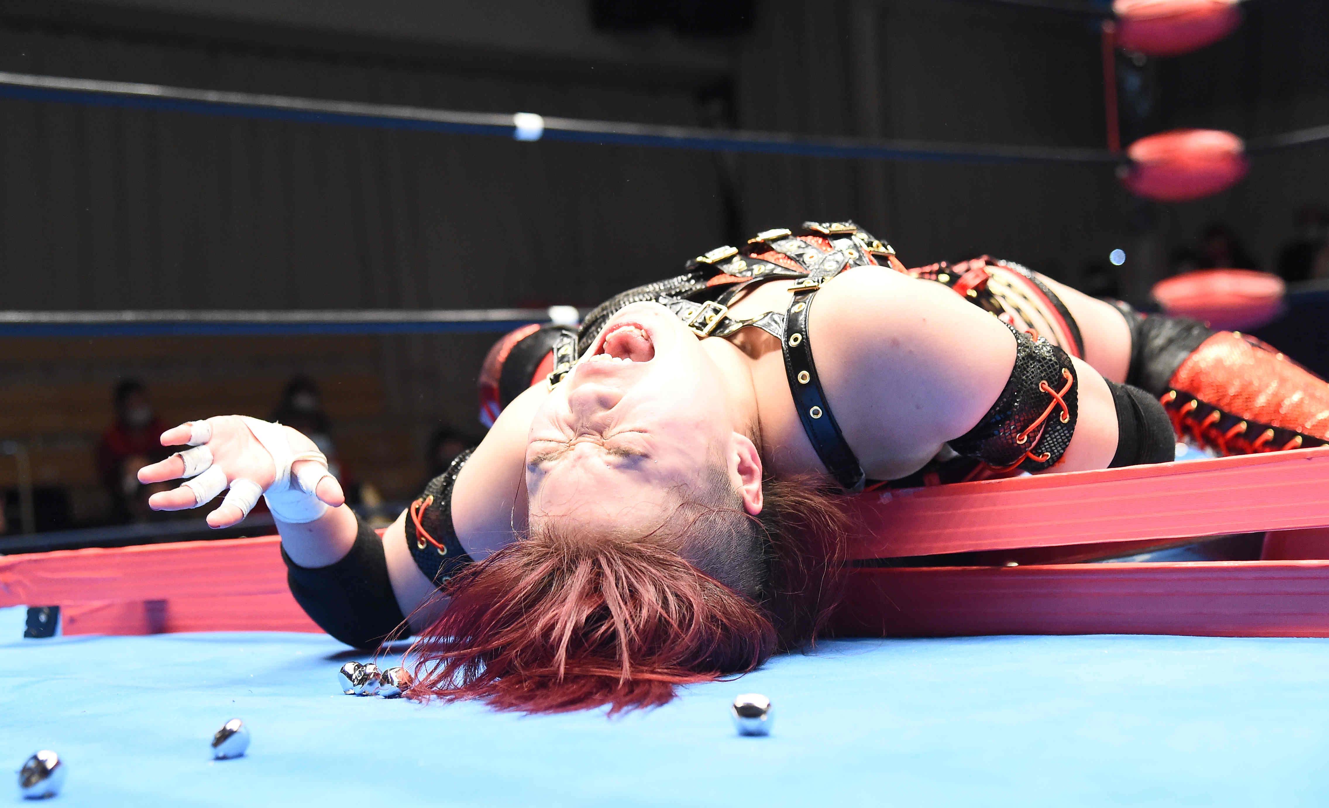 七番勝負第1戦、宮本裕向戦でラダーに叩きつけられたすずは苦悶の表情を浮かべた