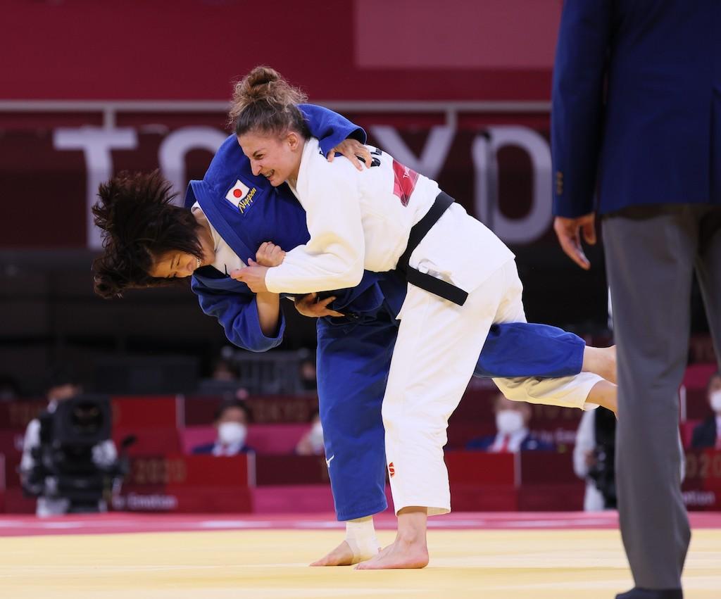 3位決定戦でリパテリアニを攻撃する芳田。伝家の宝刀、内股で2つの「技あり」を取って銅メダル獲得を決めた(写真/JMPA)