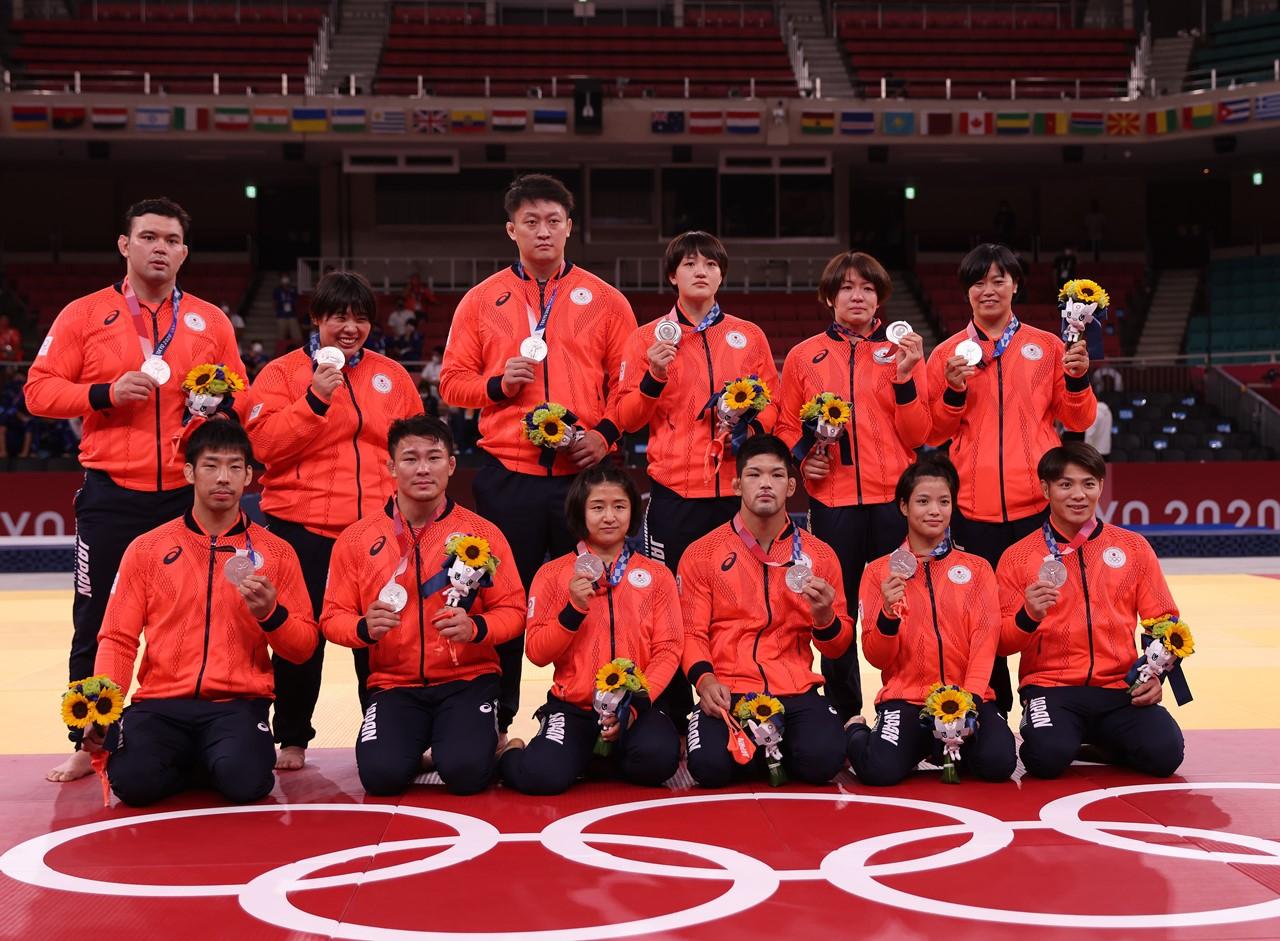 男女混合団体戦決勝でフランスに敗れ準優勝に終わった日本(写真/GettyImages)