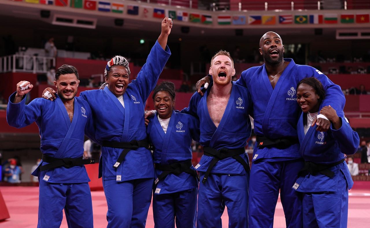 オリンピック男女混合団体戦初代王者に輝き、歓喜のフランスチーム(写真/GettyImages)