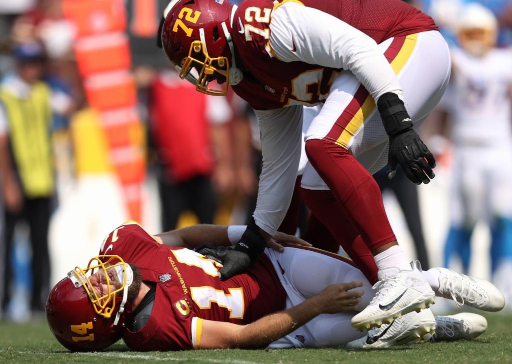 ◆チャージャーズ20-16ワシントン  ワシントンは、移籍のベテランQBライアン・フィッツパトリックが重傷を負った=photo by Getty Images